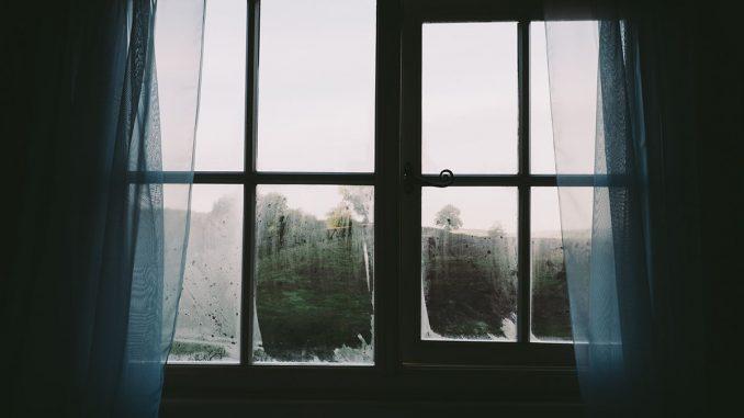 Dlaczego okna parują i jak uniknąć efektu zaparowanych okien?
