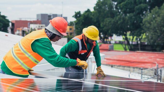 pracownicy na dachu